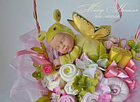 Букет из вещей на выписку из роддома с куклой бабочкой Анны Геддес и косметикой