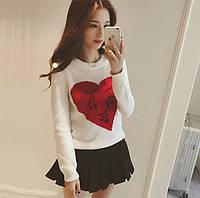 Женский белый свитер с сердцем