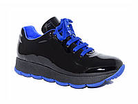Женские лаковые кроссовки с синей подошвой