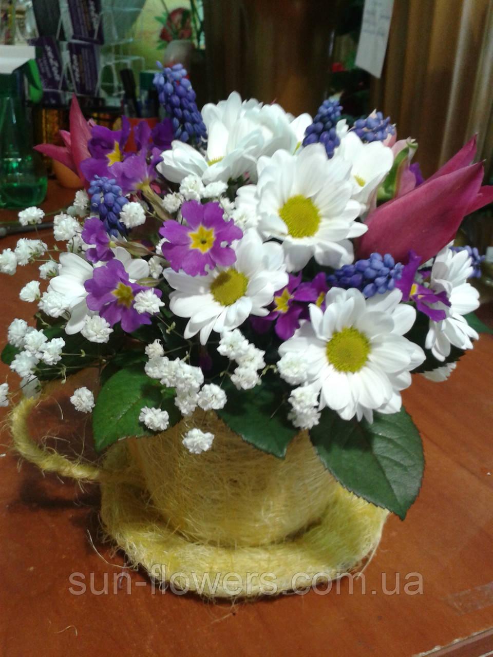 Композиція з живих квітів у чашці сезалевой