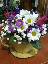Композиция из живых цветов в сезалевой чашке