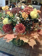 Осенняя композиция из цветов ,ягод и листьев
