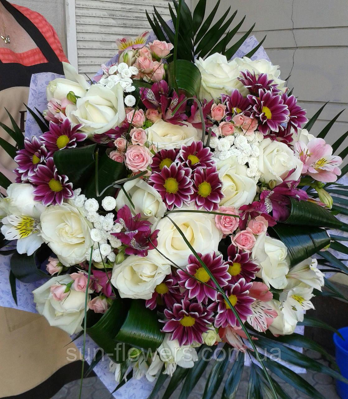 Букет-микс из роз,хризантем и зелени.