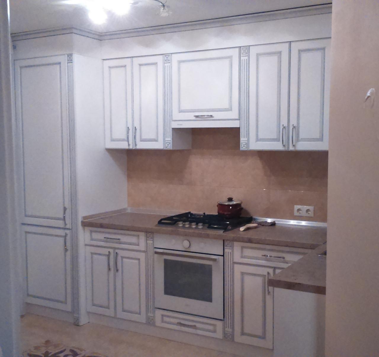 Белая кухня с патиной на фасадах, кухонный гарнитур