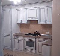 Белая кухня с патиной на фасадах