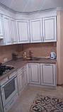 Белая кухня с патиной на фасадах, кухонный гарнитур, фото 3