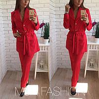 Красивый женский костюм делового стиля: удлиненный пиджак и брюки, красный