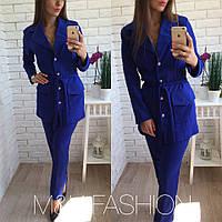 Красивый женский костюм делового стиля: удлиненный пиджак и брюки, электрик
