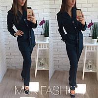 Красивый женский костюм делового стиля: удлиненный пиджак и брюки, темно синий