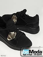 Экстравагантные кроссовки JiuLai стильного фасона на танкетке, со шнурками и золотистыми вставками чёрные