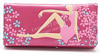 Женский оригинальный кошелек с цветным принтом с девушкой розового цвета art. девушка сидит