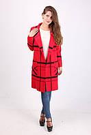 Яркое женское пальто красного цвета в клетку