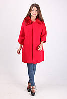 Яркое женское пальто с мехом красного цвета