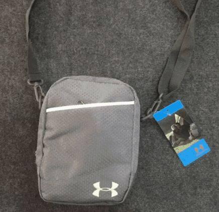 Интересная спортивная сумка мессенджер через плечо Under Armour 164, серый