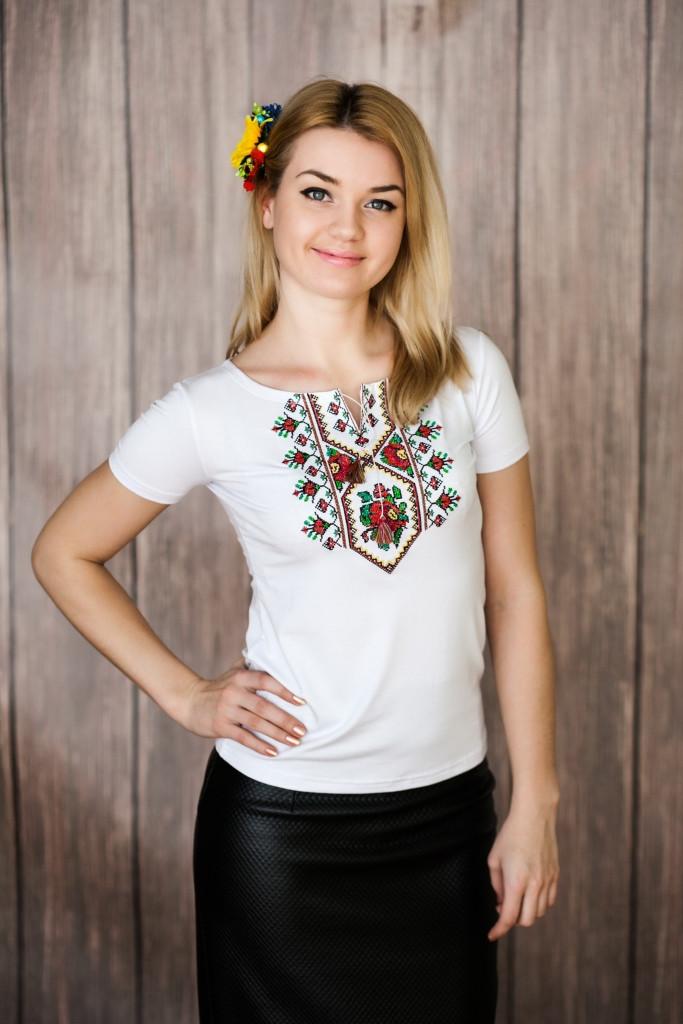 Женская вышитая футболка белого цвета с геометрическим орнаментом «Маки-крестик»