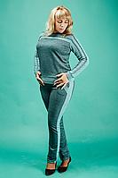 Красивый женский спортивный костюм зеленого цвета