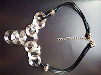 Ожерелье с металлическими кругами серое