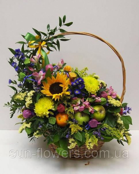 Корзинка с живым миксованными  цветами  и фруктами