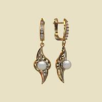 Стильные удлиненные золотые сережки 585* с жемчугом