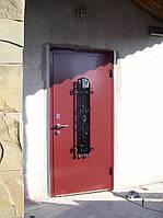 Входные металлические двери со стеклом и кованой решеткой