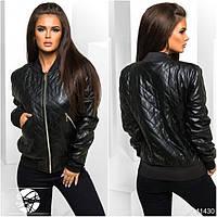 Стильная стеганая куртка с воротником-стоечкой, спереди застегивается на молнию. Есть два кармана по бокам.