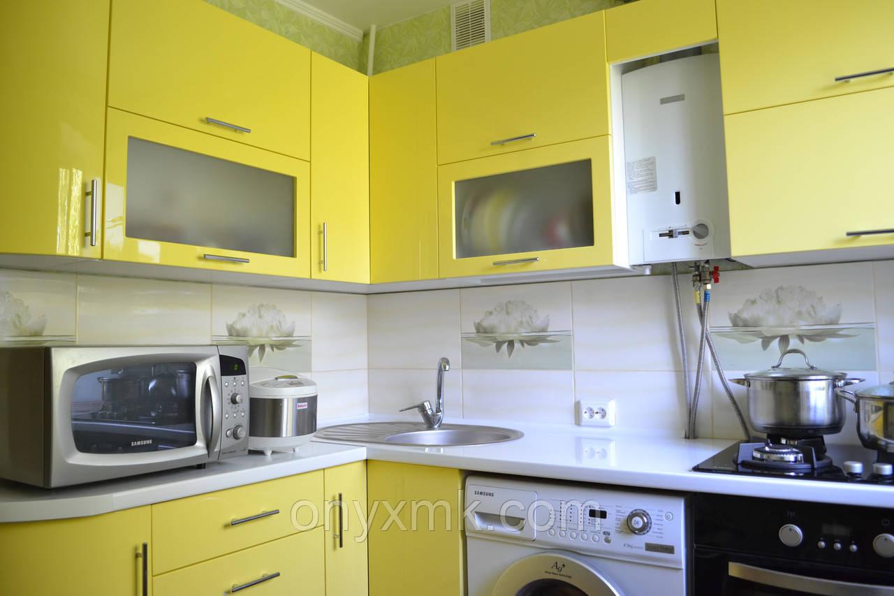 Маленькая угловая кухня с радиусными элементами
