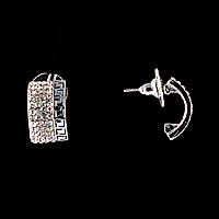 Серьги-пусеты Скоба, белые стразы, металл под серебро, 2см