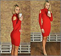 Короткое вязаное платье с воротником-стойка и вырезами на плечах