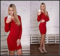 Короткое вязаное платье со шнуровкой на груди