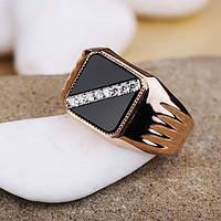 Золотое мужское кольцо с фианитами и ониксом