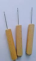 Шило-крючок с деревянной ручкой.