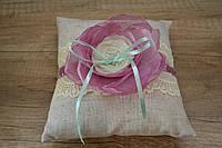 Подушечка для колец с розовым цветком и лентами