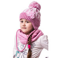 Теплая вязаная детская шапочка на девочку с помпоном на завязке