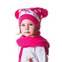 Яркая теплая детская шапочка на девочку в цветочках с помпонами