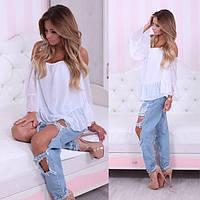 Блуза с открытыми плечами и оборками по рукавам и низу блузы