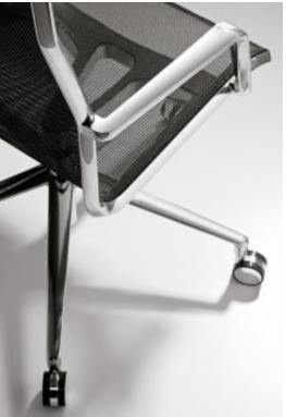 офісне крісло з сіткою на спинці