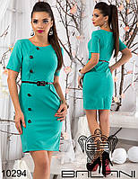 Элегантное приталенное платье с контрастной  пуговицами и поясом.