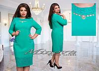 Элегантное мятное платье из креп-трикотажа со вставками гипюра