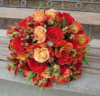 Яркий свадебный букет в оранжево- красной гамме