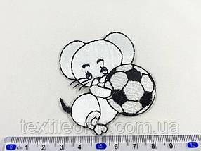 Детская нашивка мышка с мячиком цвет белый
