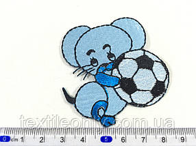 Детская нашивка мышка с мячиком цвет голубой