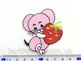 Детская нашивка мышка с клубничкой цвет розовый