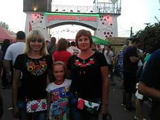 Замечательная Виктория Коваленко и ее семья в футболках вышиванках и с клачами от МальваОпт!