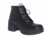 Женские кожаные демисезонные  ботинки с лаковой аппликацией
