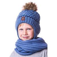 Детская вязаная шапка на мальчика со значком