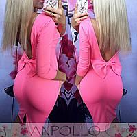 Элегантное женское платье приталенного кроя с глубоким вырезом на спине и бантиком, розовое