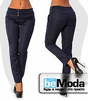 Деловые женские брюки приталенного кроя с оригинальным высоким поясом из полированного стрейч-коттона темно-синие