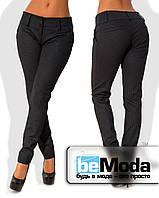 Эффектные женские приталенные брюки с низким поясом и принтом в мелкий узор темно-синие