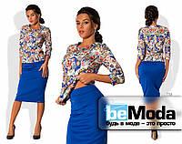 """Модный женский костюм с яркой цветной блузой с принтом """"почтовые марки"""" и однотонной юбкой приталенного кроя с"""