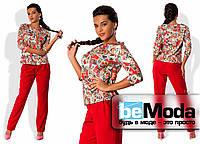 """Оригинальный женский брючный костюм с яркой цветной блузой с принтом """"почтовые марки"""" и однотонными брюками приталенного кроя красный"""